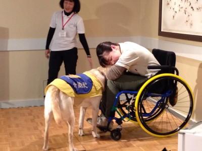 写真:介助犬デモンストレーションの様子