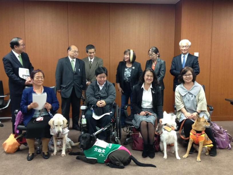 写真:補助犬使用者4名と補助犬